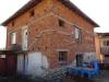 Масивна къща в село.